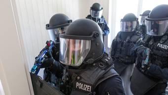 Der Polizist spielte Einsätze von Sondereinheiten der Polizei nach. (Symbolbild)