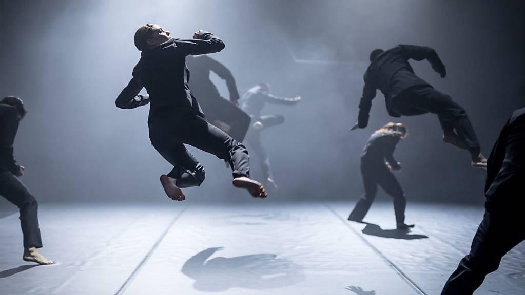 Achterbahnfahrt der Gefühle in Bewegungen umgesetzt: Mit dem Tanzstück «Rain» stellt sich Kinsun Chan, der neue Leiter der Tanzkompanie, und seine Mannschaft dem Publikum vor.