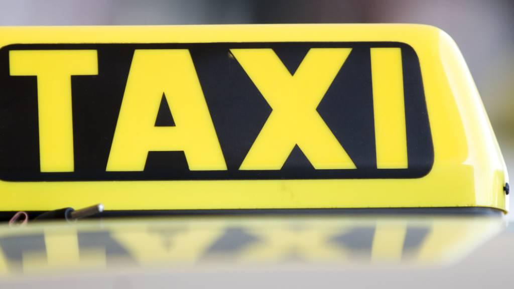 Menschen über 65 Jahre erhalten in Wien einen Taxi-Gutschein in Höhe von 50 Euro. Damit soll das Infektionsrisiko durch mögliche Kontakte in Bussen und Bahnen minimiert werden. (Themenbild)