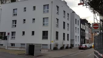 Eine Wohnung in diesem Mehrfamilienhaus in Binningen soll verkauft werden.