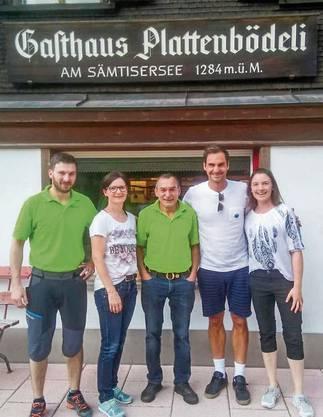 Roger Federer beim Gasthaus Plattenbödeli am Sämtisersee.
