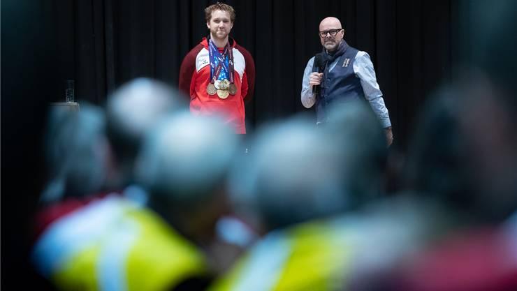 Daniel Burger würdigt den medaillenbehangenen Jan Lochbihler.
