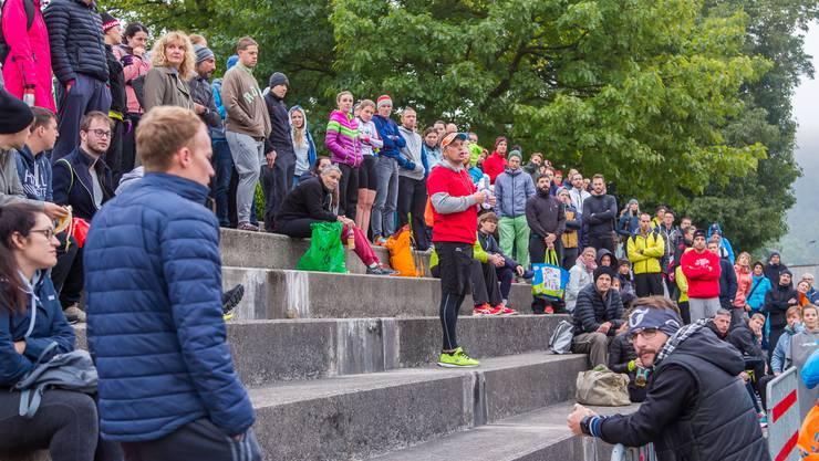 OK-Präsident Tom Läubli (rotes T-Shirt in der Mitte) informiert die Teilnehmer über den Ablauf des Wettkampfs.