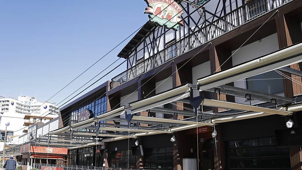 ARCHIV - Der Bierkönig und andere Bars auf der Schinkenstraße an der Playa de Palma sind geschlossen. Foto: Clara Margais/dpa Foto: Clara Margais/dpa