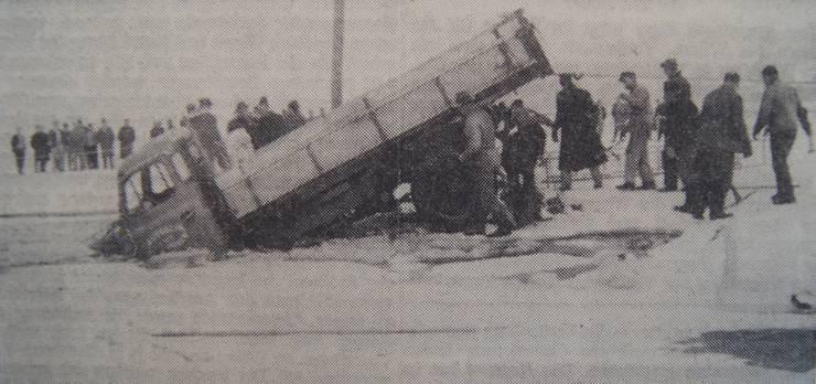 Etwa 60 Meter vom Ufer entfernt, brach am 30. Januar 1963 ein Lastwagen im Hallwilersee ein. Das Drahtseil riss beim Versuch, den tonnenschweren Lastwagen zu heben.