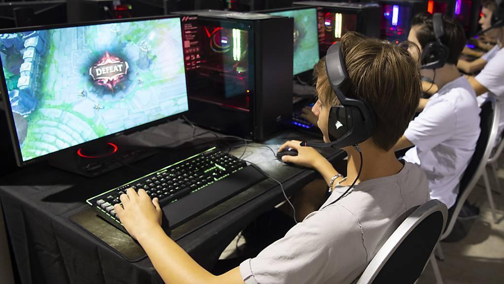 Der Wettkampf mit Computerspielen erlebt in der Coronakrise einen Boom. Immer mehr Schweizerinnen und Schweizer schauen sich E-Sport-Wettbewerbe an. (Archivbild)