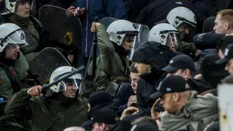Griechische Polizisten schlagen auf Ajax-Fans ein