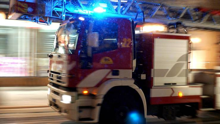 Über hundert Feuerwehrleute waren im Einsatz, um den Lastwagen wieder aus dem Fluss zu bergen. (Symbolbild)