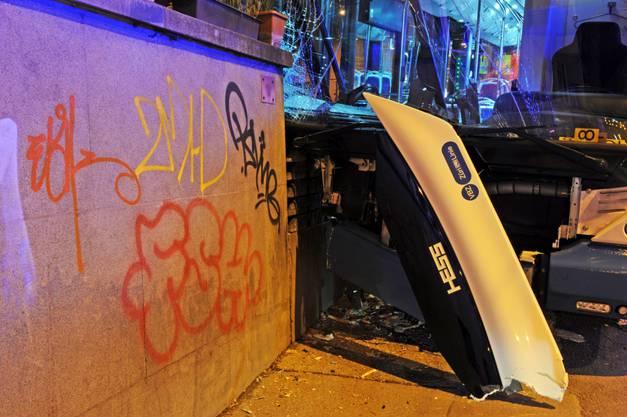 Durch den Aufprall wurden zwei Insassen mittelschwer und vier leicht verletzt.