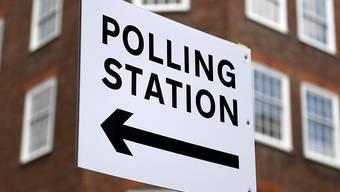 Dort geht's zum Wahllokal - in London.