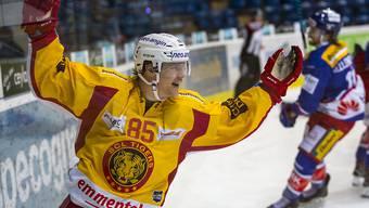 SCL-Tigers-Stürmer Mikael Johansson feiert das Siegestor seines Teamkollegen