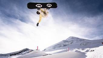 Wo kann man am günstigsten mit Snowboard oder Ski über den Schnee brettern? Unsere Übersicht zeigt es. (Quelle: Keystone)