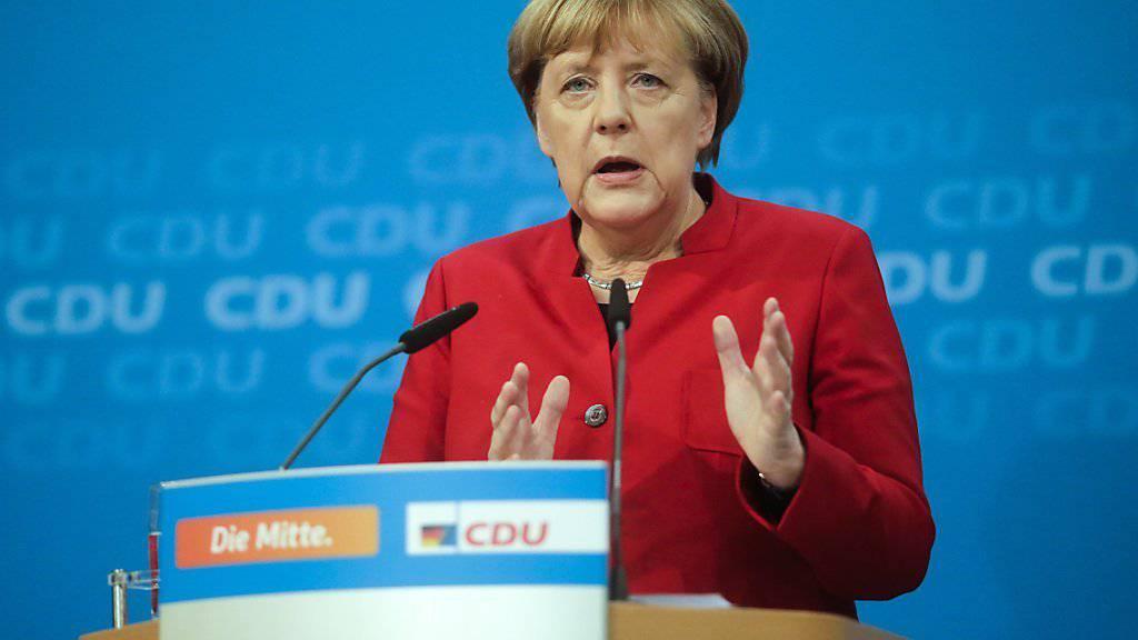 Angela Merkel kündigt vor den Medien in Berlin an, dass sie bei den Wahlen 2017 für eine vierte Amtszeit als Bundeskanzlerin antreten will.