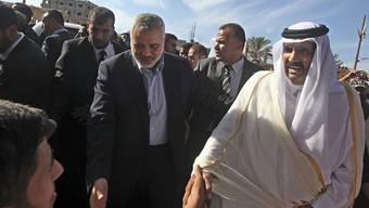 Der Emir von Katar, Scheich Hamad bin Chalifa al-Thani (l.) und der Hamas-Führer Ismail Hanija