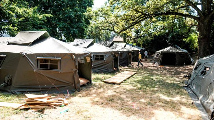 In Aarau ist eine kleine Zeltstadt aufgebaut worden, nächste Woche ziehen die ersten Asylbewerber ein. Mario Heller