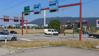 Ein Kreisel soll die Lichtanlage am Verkehrsknoten in Eiken ersetzen, um dort einen flüssigen Verkehrsablauf zu gewährleisten. Archiv/Dennis Kalt