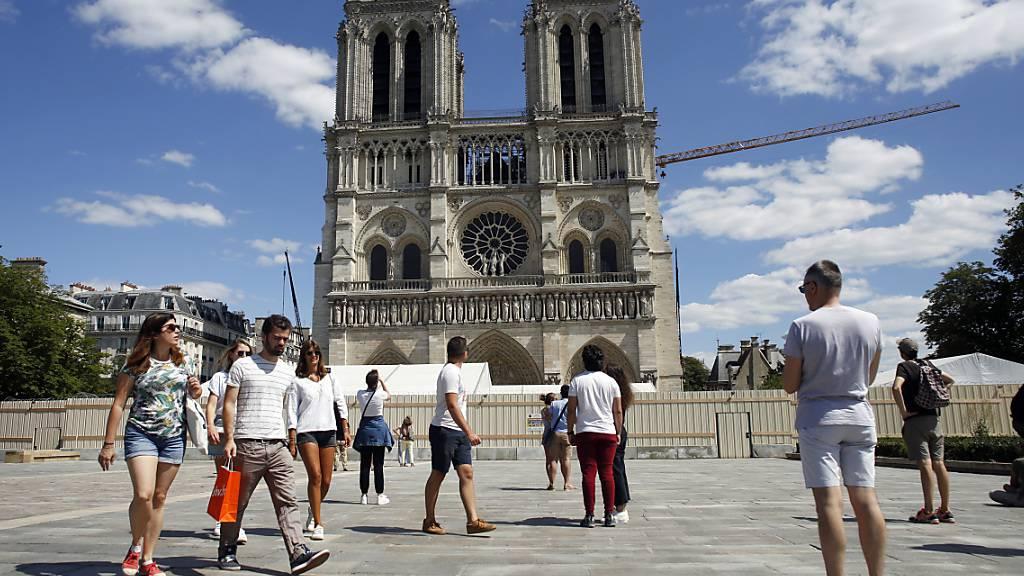 Platz vor Pariser Kathedrale Notre-Dame wieder geöffnet