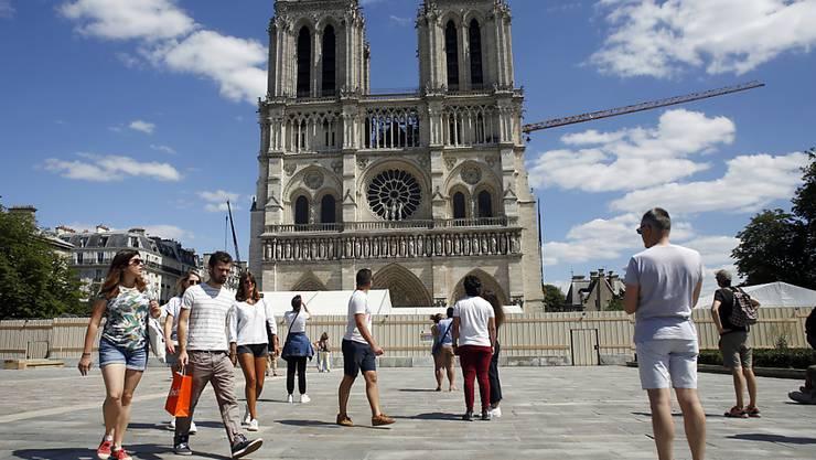 Ein Jahr nach dem verheerenden Brand von Notre-Dame ist der Platz vor der Pariser Kathedrale wieder für Besucher und Gläubige zugänglich. Das Areal war wegen Bleiverschmutzung von den Behörden gesperrt worden. Die Kathedrale ist weiter geschlossen.