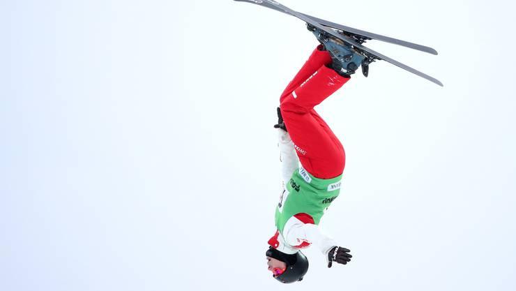 Der Skiakrobat Nicolas Gygax wirbelt in zehn Meter Höhe durch die Luft.