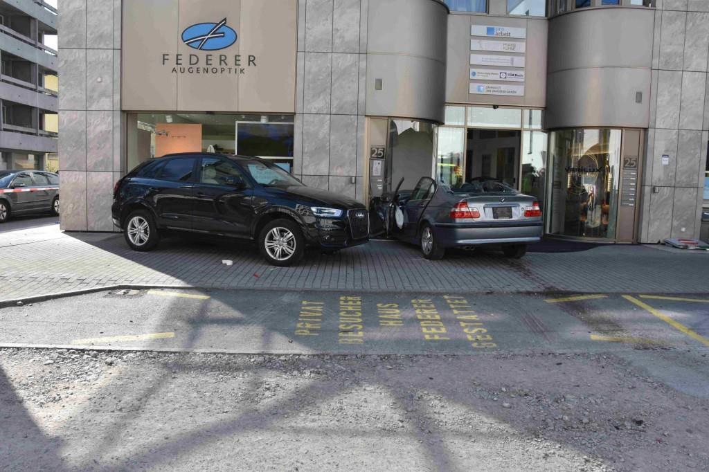 Nach mehreren Kollisionen krachte sie mit ihrem Auto in das Schaufenster eines Optikergeschäfts. (© Kapo SG)