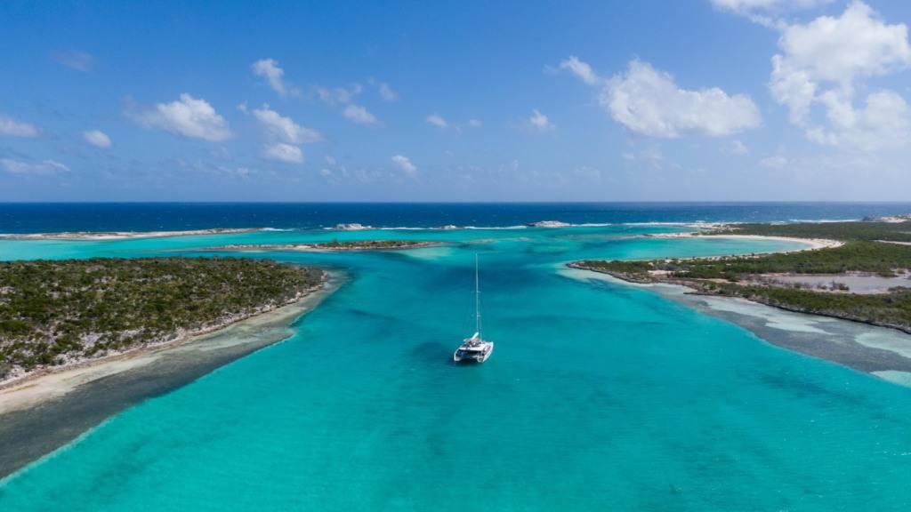 Ein Boot fährt an der Küste der Little Ragged Island, auch St. Andrew's genannt, entlang. Das auf Luxusimmobilien spezialisierte US-Auktionshaus Concierge Auctions will sie ab dem 26. März versteigern.