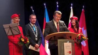 Umrahmt von den Stadthostessen der Rheinfelder Stadtammann Franco Mazzi am Mikrofon, neben ihm Oberbürgermeister Klaus Eberhard, RheinfeldenBaden. – Foto: chr