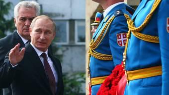 Wladimir Putin mit Serbiens Präsident Tomislav Nikolic (links) beim Empfang in Belgrad.