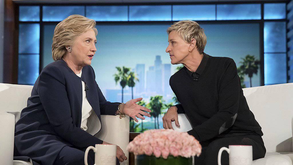 Ellen DeGeneres (r.) setzte sich stark für einen Wahlsieg Clintons ein. Auf Twitter schrieb sie, dass sie auf ihre Freundin stolz sei.