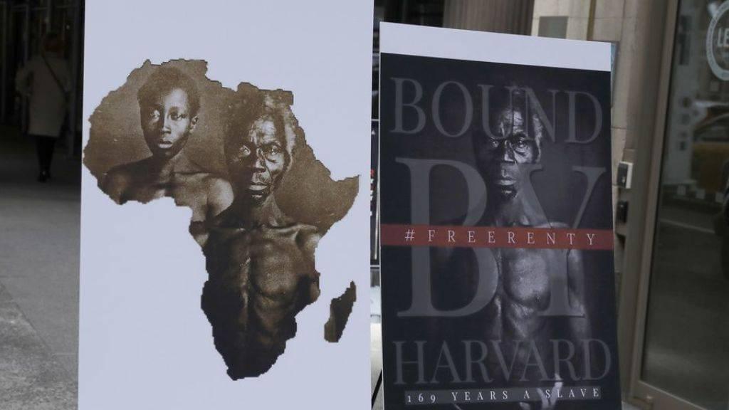 Poster mit den Fotos der Sklaven Renty und Delia. Eine angebliche Nachfahrin der beiden verklagt die Uni Harvard, weil sie die Persönlichkeitsrechte der beiden verletzt hat.
