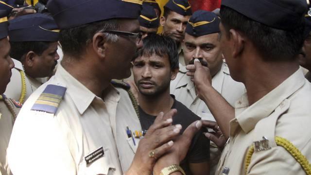 Polizisten führen einen der Verurteilten ab (AP)