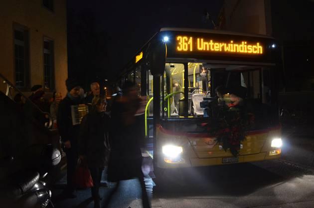 Im Unterdorf verlassen die Passagiere am frühen Sonntagmorgen das Postauto