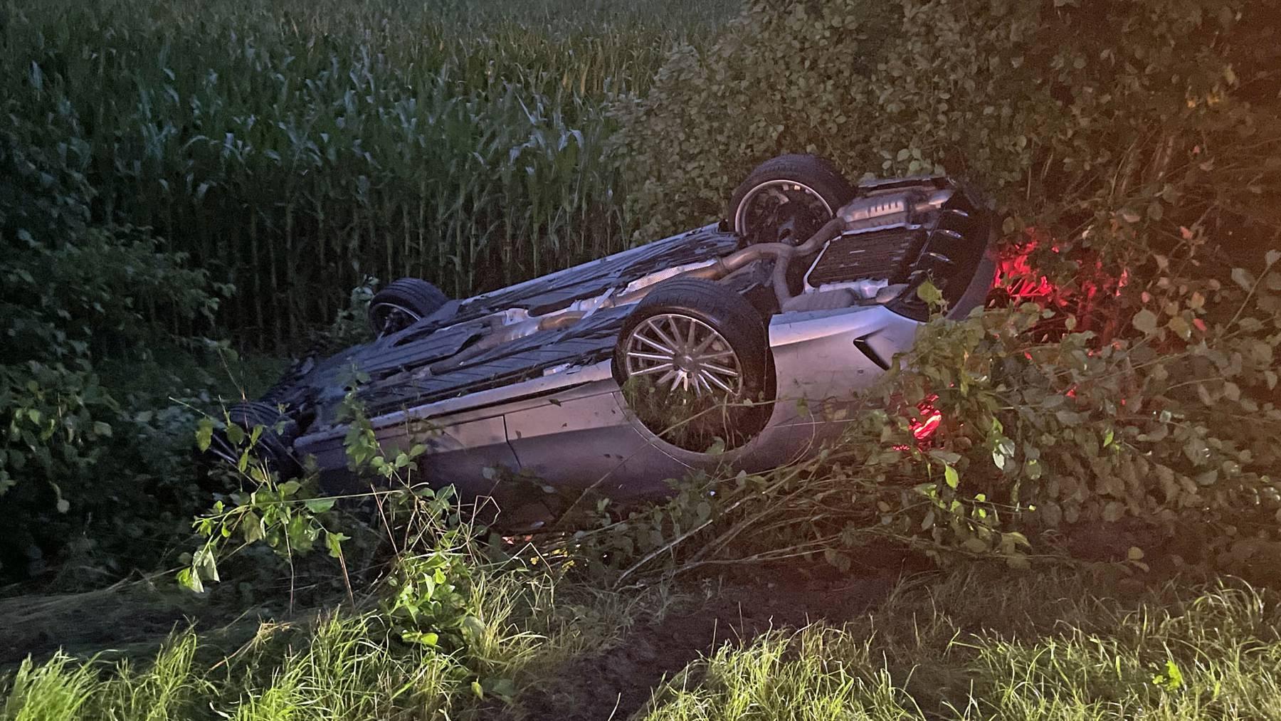 Das Unfallauto landete in einer Böschung auf dem Dach.