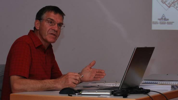 Gemeindeammann Heinz Kym erklärt die diversen Reglemente. (lbr)
