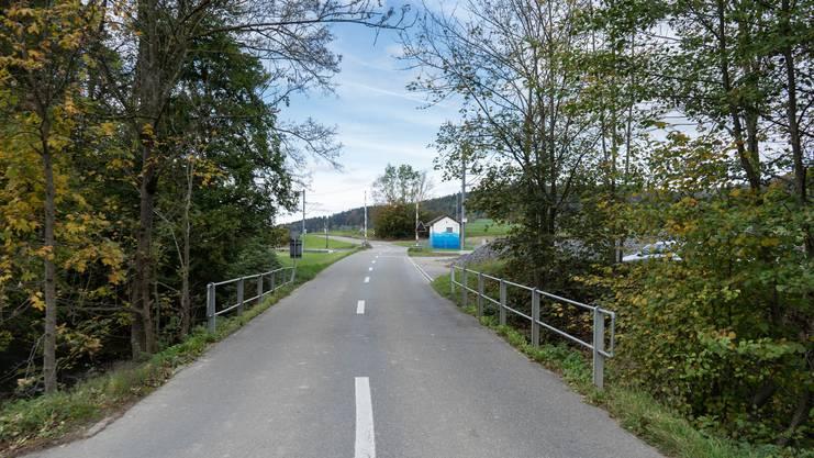 Die Wynabrücke an der Grenze zu Gontenschwil (im Hintergrund der WSB-Bahnübergang).