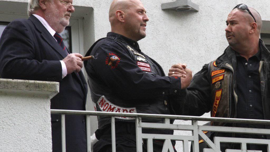 Der Hells-Angels-Chef Frank Hanebuth (Mitte) ist gegen Kaution aus der Untersuchungshaft in Spanien entlassen worden. (Archiv)