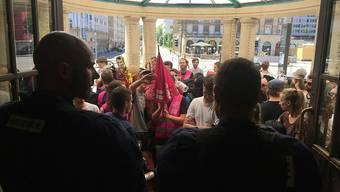 Polizeikräfte markierten im Badischen Bahnhof in Basel starke Präsenz. G-20-Gegner, die mit einem Sonderzug zum Gipfel nach Hamburg reisen wollten, wurden einer minuziösen Kontrolle unterzogen.