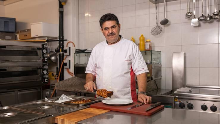 Unterstützt wird Safet Ristemi von seinem älteren Bruder Kasam in der Küche. Der gelernte Koch kümmert sich um die Speisen im Imbiss-Lokal.