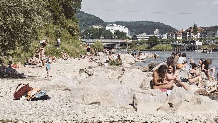 Am Rheinbord bildeten sich Gruppen, doch den Abstand hielten die meisten ein.