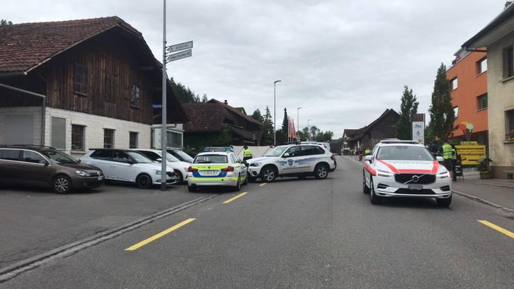 Die Polizei vor dem Restaurant Sonne in Moosleerau