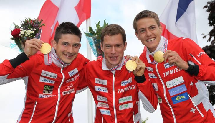 WM-Gold im Einzelwettbewerb blieb dem Baselbieter (links) verwehrt. Mit Daniel Hubmann (mitte) und Matthias Kyburz schaffte er dies.