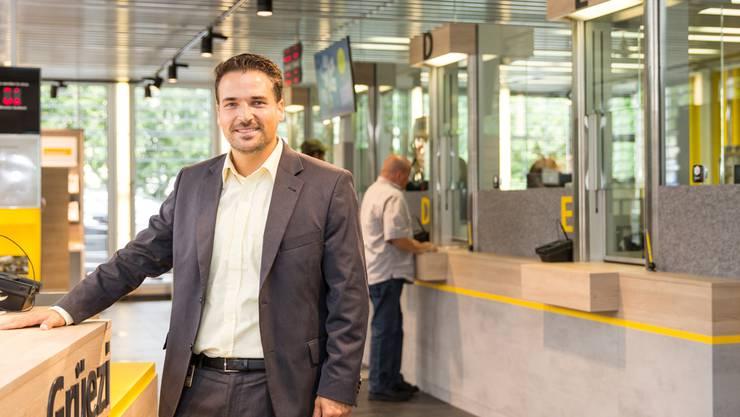 Edler und kaum mehr Kioskware: Filialleiter Giovanni Oprandi freut sich über das neue Interieur seiner Post.