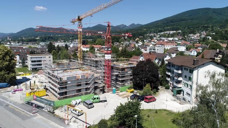 Das Gebäude mit der «Alten Post» und den Wohnungen (rechts im Bild) stammt aus den 50er-Jahren und soll abgerissen werden.