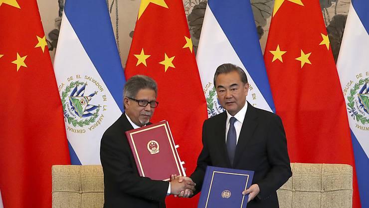 Chinas Aussenminister Wang Yi (rechts) und sein Amtskollege aus El Salvador Carlos Castaneda (links) haben am Dienstag eine Vereinbarung zur Aufnahme diplomatischer Beziehungen unterzeichnet und damit Taiwan brüskiert.