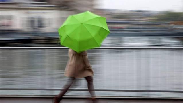 Der Regenschirm gehört am Wochenende zur Ausrüstung.