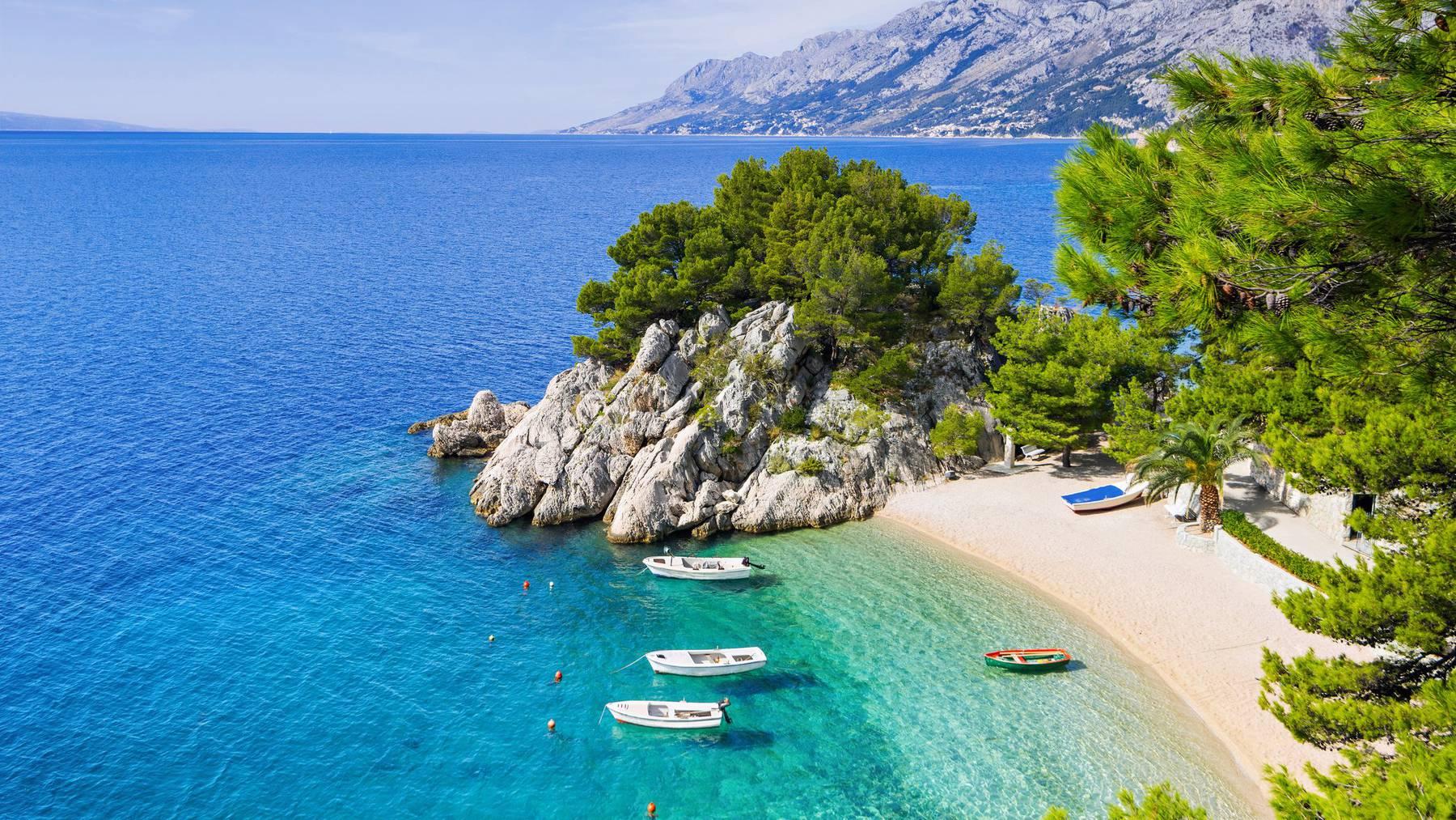 Traumstrand im Mittelmeer bei Makarska in Kroatien.