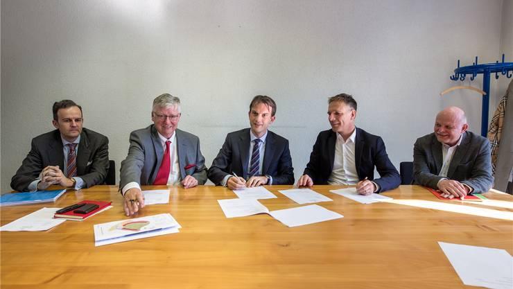 Auf dem Grundbuchamt in Solothurn (v.l.): Werner Rutsch, Ernst Schaufelberger und Frederick Widl als Vertreter der AXA Winterthur. Guido Keune und Bernhard Mäusli vertreten das kantonale Hochbauamt.
