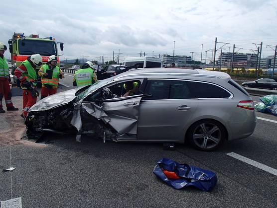 Die Feuerwehr musste den Fahrer aus dem Peugeot befreien.