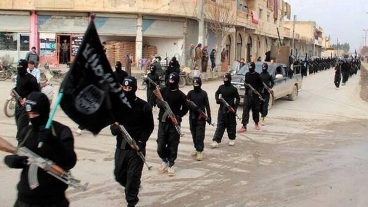 Kämpfer der Terrororganisation Islamischer Staat IS in der syrischen Stadt Rakka. (Archiv)