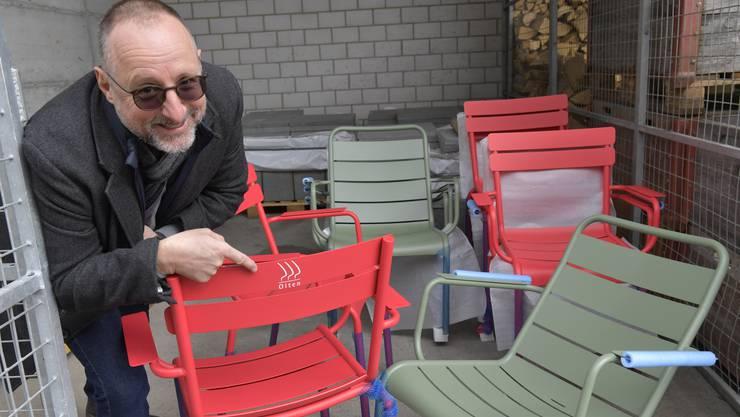 Mike Brotschi, Projektleiter Standortförderung der Stadt, mit den falsch beschrifteten Stühlen, die auf den Marktplatz kommen sollen.