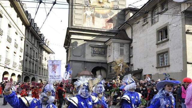 Konfetti und schrille Kostüme an der Berner Fasnacht (Archiv)